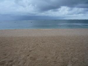 雨ふりそうなビーチ