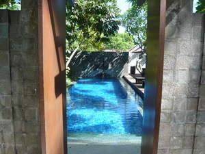 外のシャワーからプール