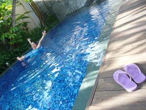 プールで遊ぶ1
